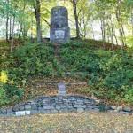 Burgwall mit Gedenkstein für die Gefallenen des 1. Weltkrieges